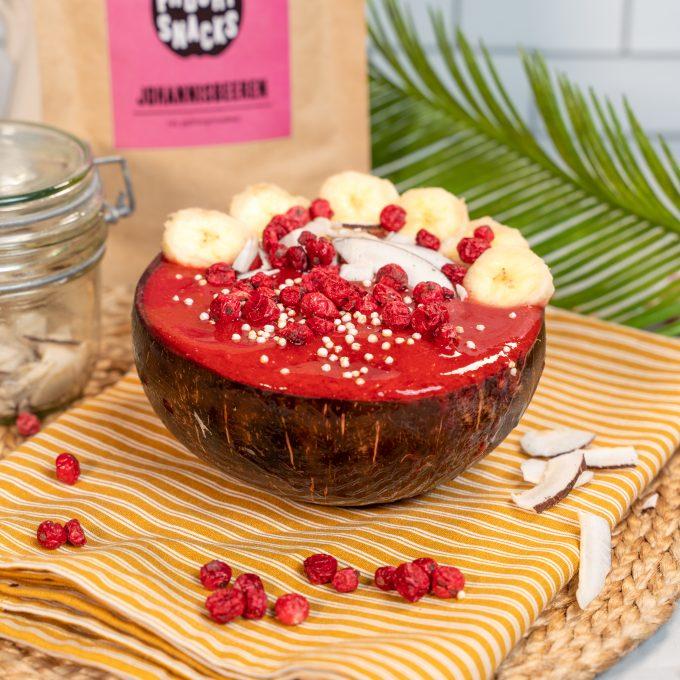 Frühstücksbowl mit gefriergetrockneten Johannisbeeren